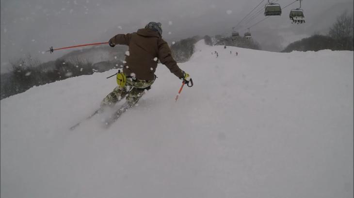 パパスキーヤーが教える誰でもできるスキーメソッド「⑨傾けば傾くほどカッコイイ!!地面すれすれカービングターンのやり方」